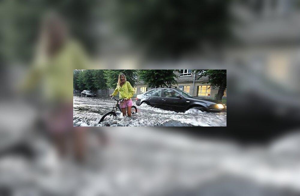 ФОТО: За день в Риге выпала двухнедельная норма осадков