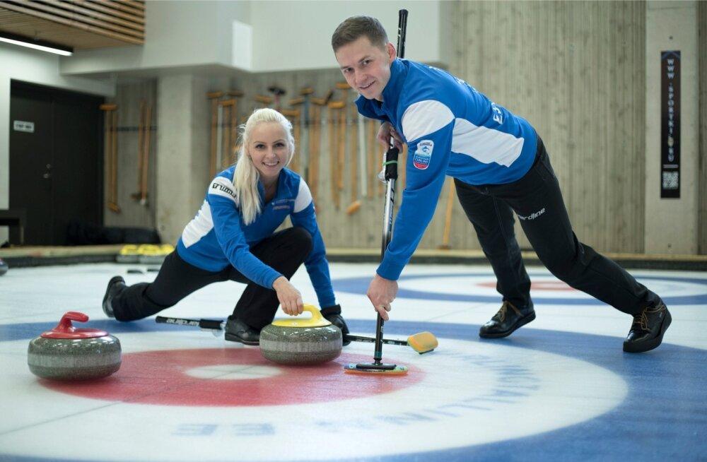 Marie Turmann ja Harri Lill mõlgutavad õrnalt medalimõtteid.