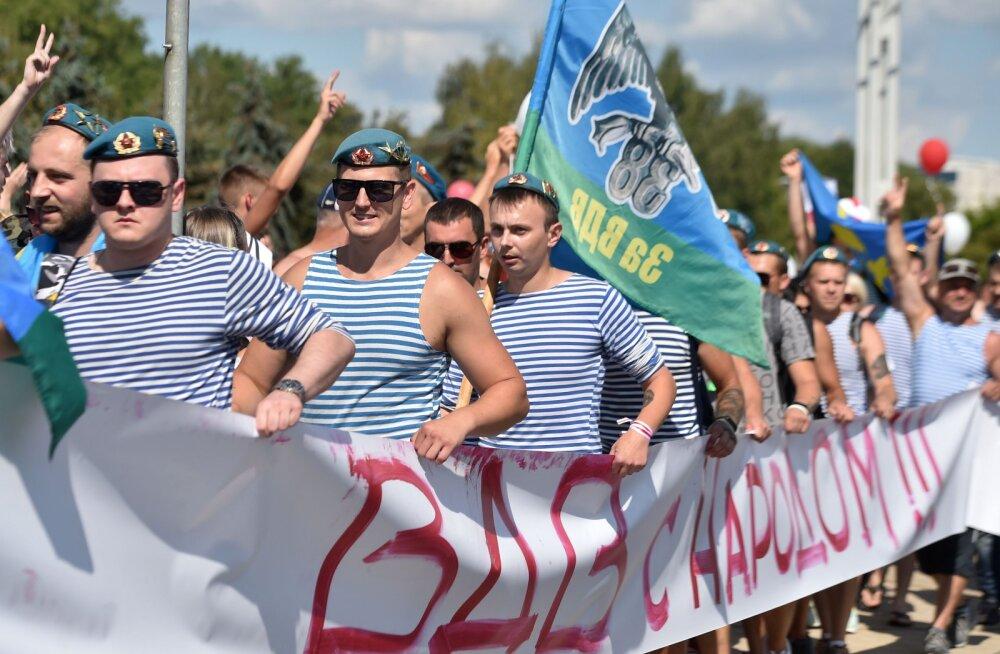 Valgevenes Brestis ühinesid protestidega endised dessantväelased, võimud otsustasid vabastada üle 170 poliitvangi