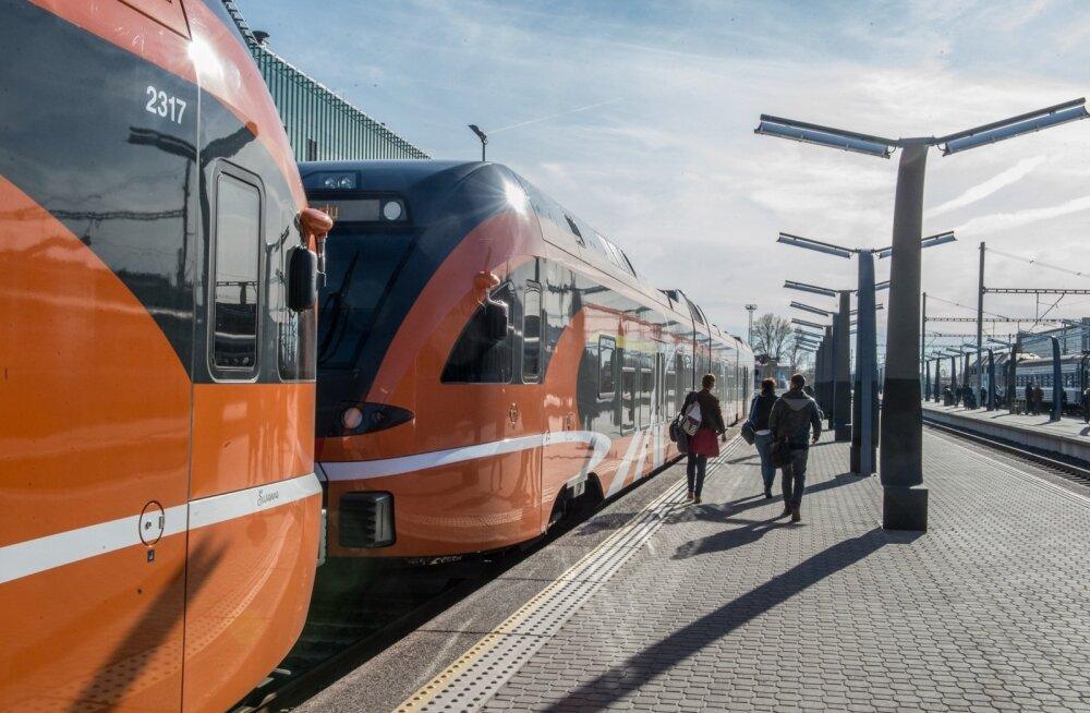 """Simson selgitab, mida tähendab KEI võimuleppe punkt, mis lubab """"kiiret"""" rongiühendust Tallinn-Tartu-Riia liinil"""