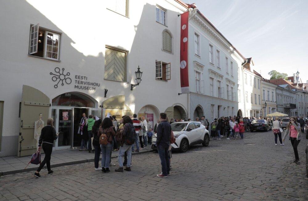 Pikk huviliste järjekord Eesti tervishou muuseumi ukse taga