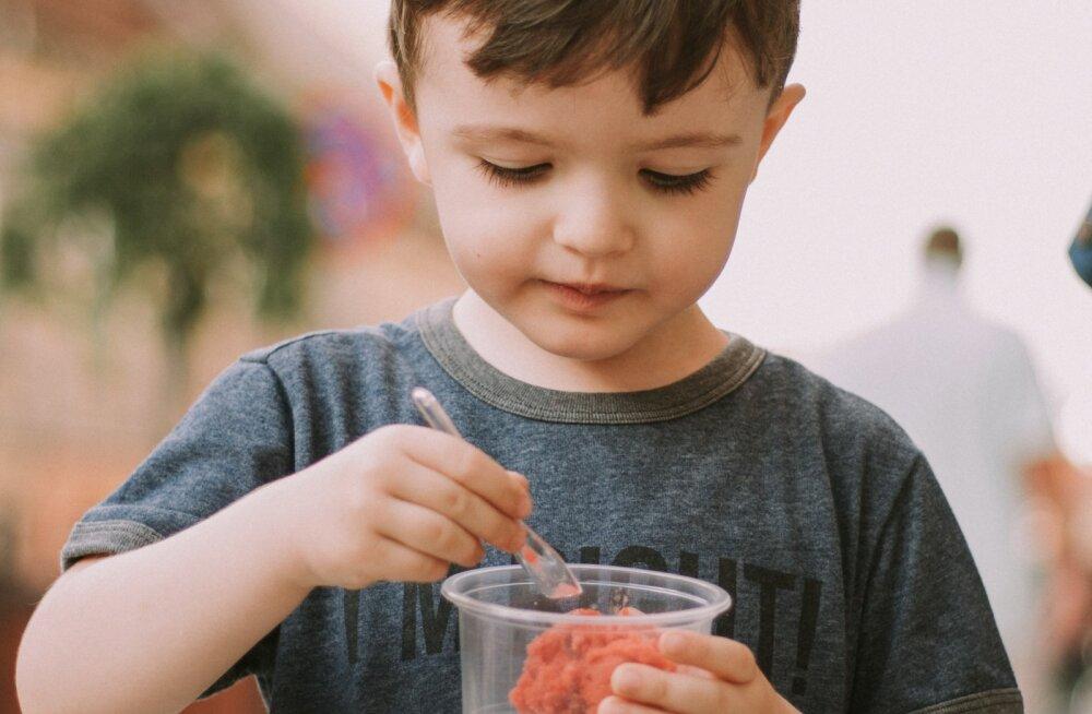 Proovi kolme suurepärast meetodit, mis aitavad tutvustada pirtsakale lapsele uusi toiduaineid