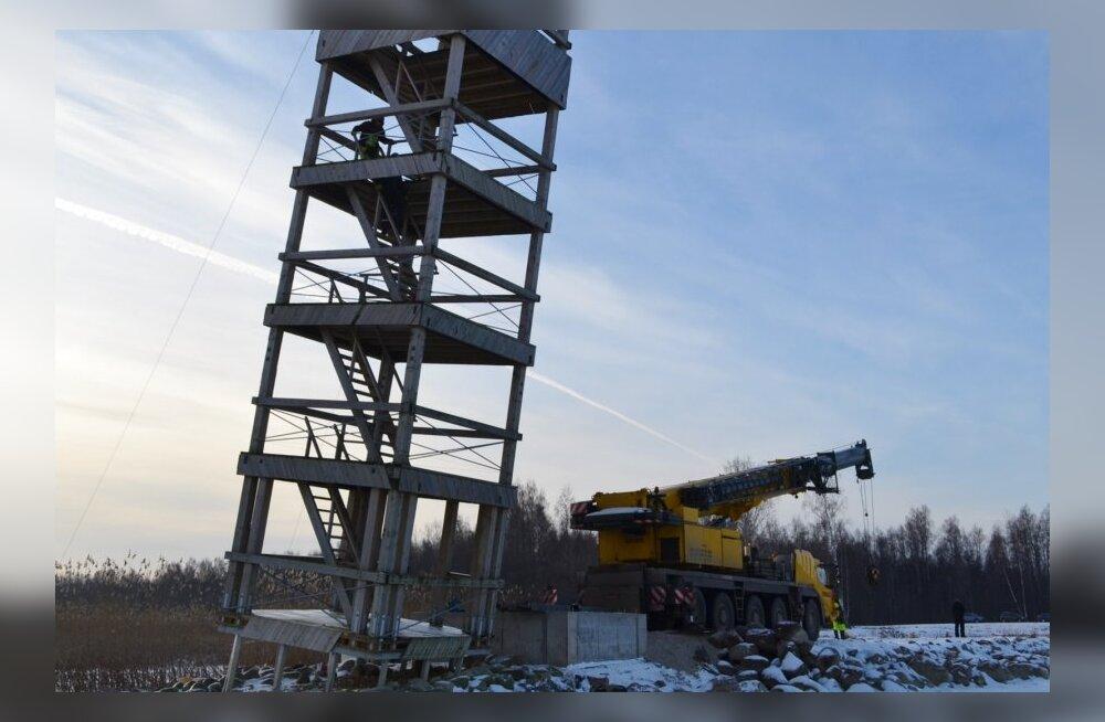 Poldi vaatetorn tõsteti tornkraanaga uuele vundamendile