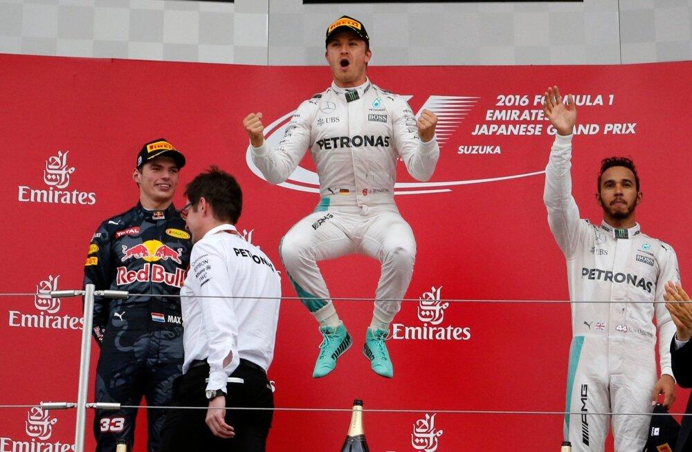 Nico Rosberg sai pärast võiturõõmust hüpata. Max Verstappen (vasakul) ja Lewis Hamilton jäid tagasihoidlikumaks.
