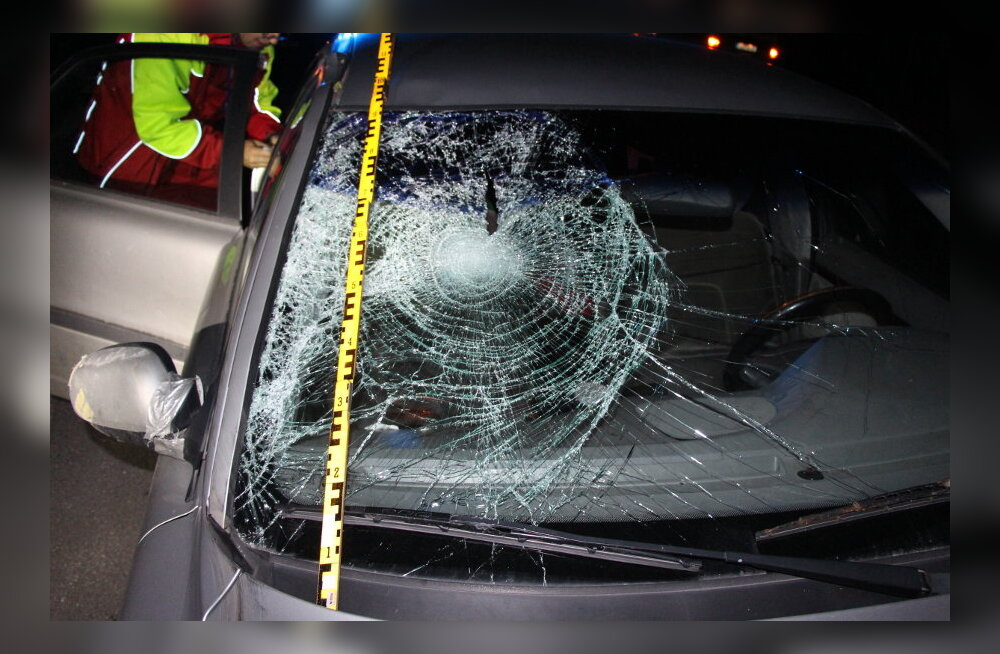 FOTOD: Tartumaal hukkus keset sõiduteed liikunud ja sõidukilt löögi saanud mees