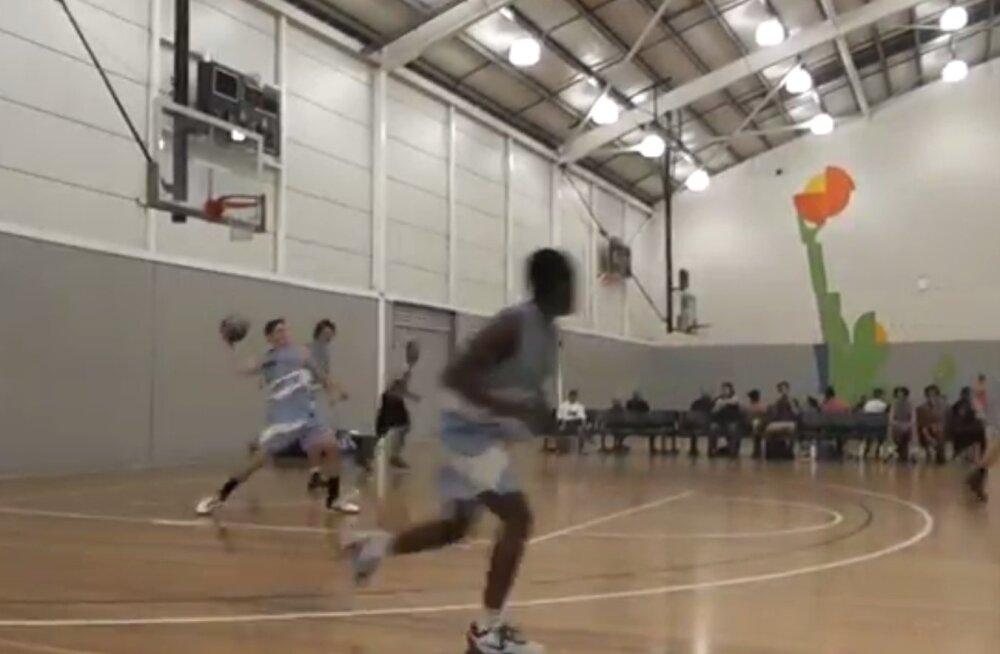 VIDEO | Noor korvpallur tabas oma korvi alt ülipika viske, mida polnud vaja