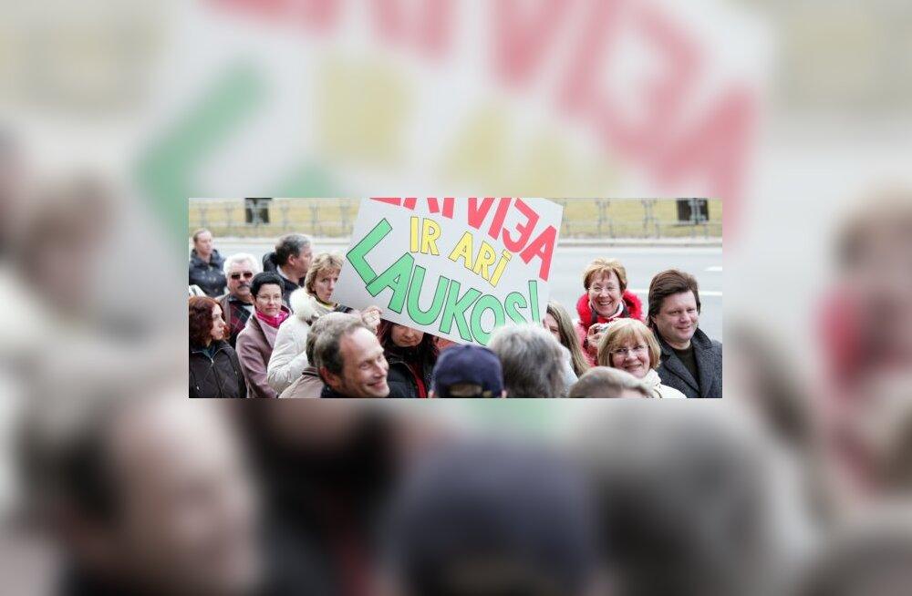 8000 õpetajat avaldas Läti valitsuse ees meelt