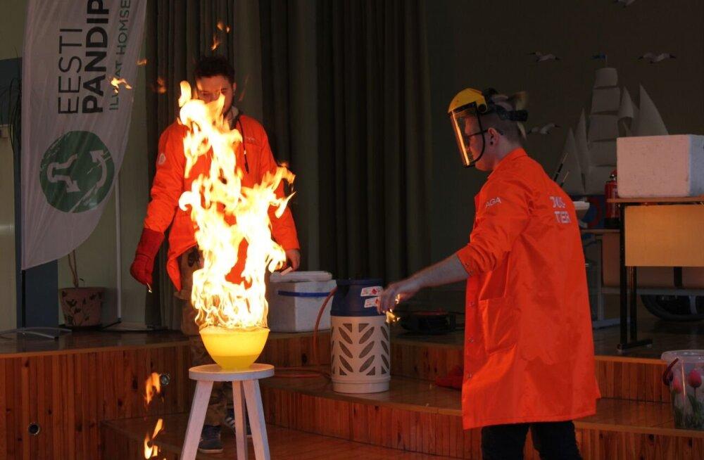 Научный театр АННАА посетил Нарвскую Пяхклимяэскую гимназию