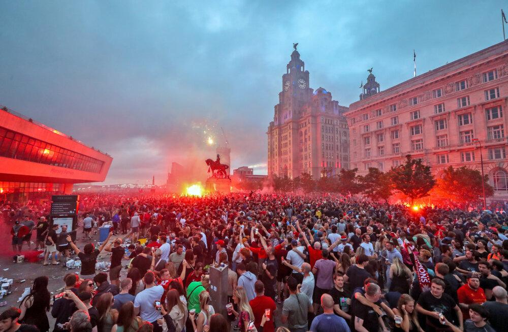 VIDEO | Liverpooli fännid peksid tiitlipidustuste käigus politseinikke, ilutulestikust süüdati ajalooline hoone