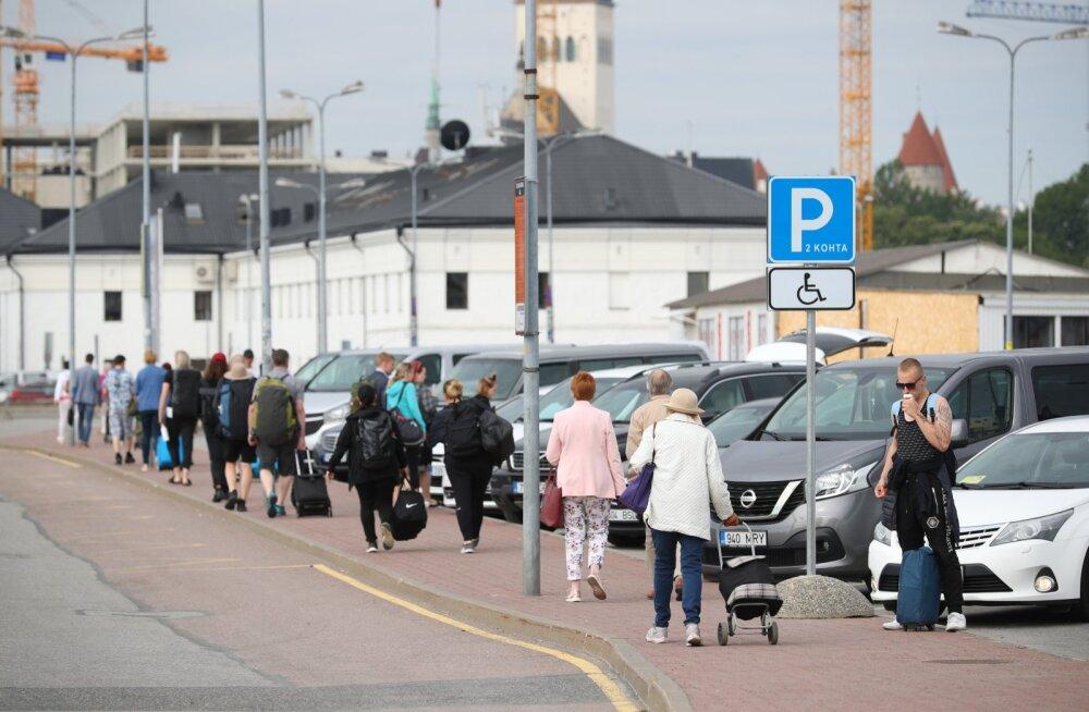 ФОТО | Финские туристы возвращаются в Таллинн. Теперь и жители Эстонии могут беспрепятственно добраться до северных соседей