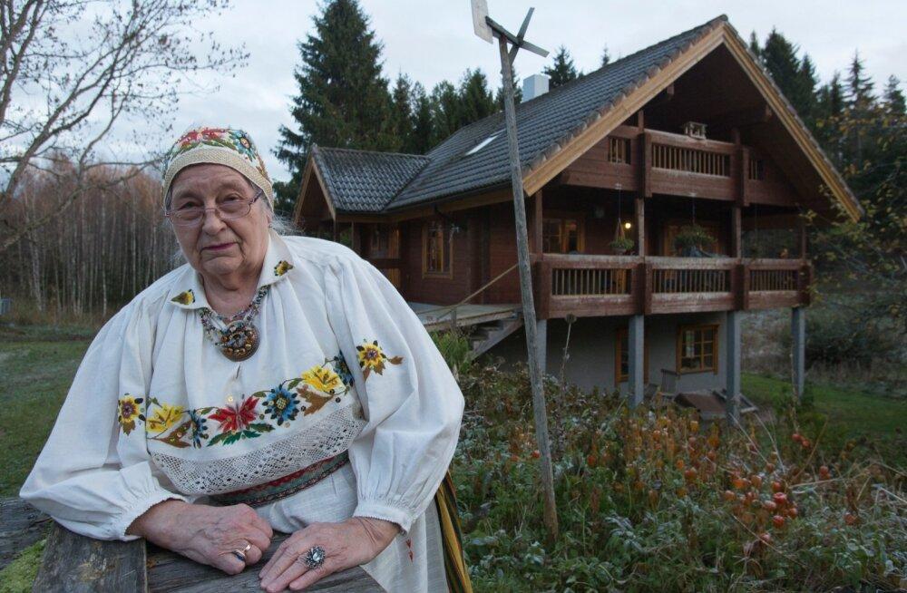 Taivi Raudsepp ema valmistatud Kadrina rahvarõivastes oma kodutalu Savimäe õues sügisel 2017.