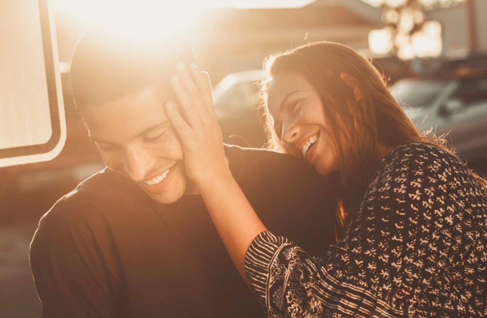 Kümme armsat žesti, mida armunud mehed teevad ja naised tihti isegi ei märka neid