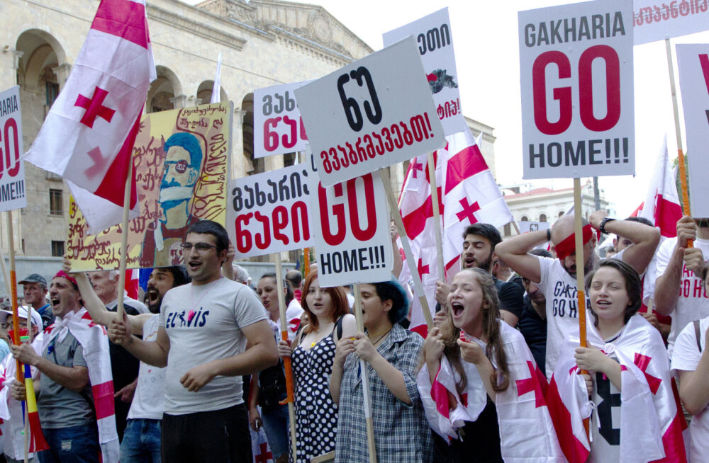 В Тбилиси начались столкновения между участниками протестных акций возле парламента Грузии