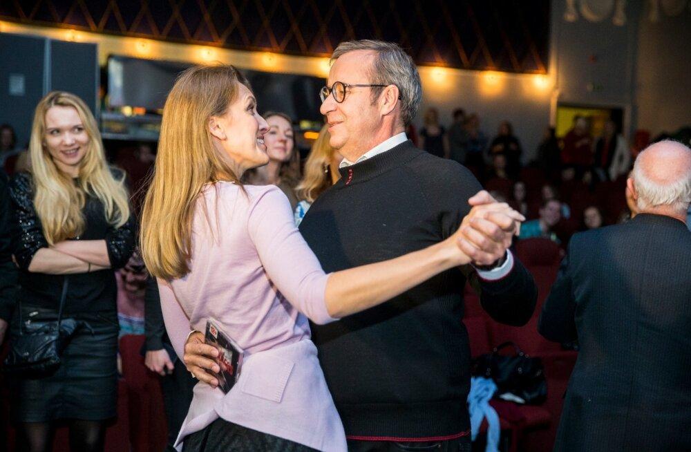 FOTOD: Rõõmsad ja armunud! Toomas Hendrik Ilves lustis Ieva Kupcega Riia jõuluturul