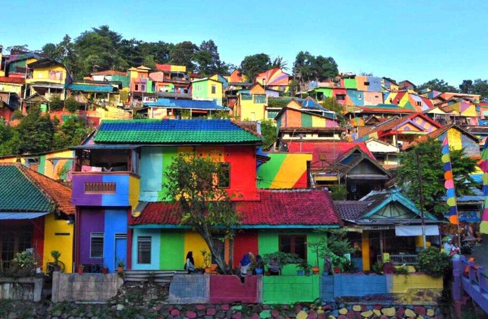 FOTOD: See väike tundmatu linnake maalis end vikerkaarevärviliseks ja saab nüüd tähelepanu kõikjalt maailmast!