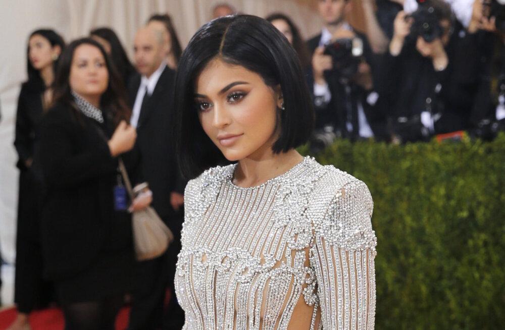 FOTOD: Ilu nõuab ohvreid! Kylie Jenner kandis Met galal kleiti, mis kriimustas staari jalgu