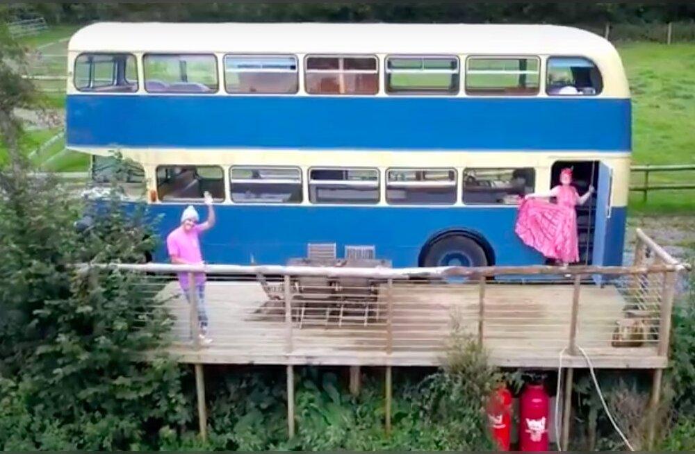 ФОТО: Английский фермер превратил старый двухэтажный автобус в популярную гостиницу