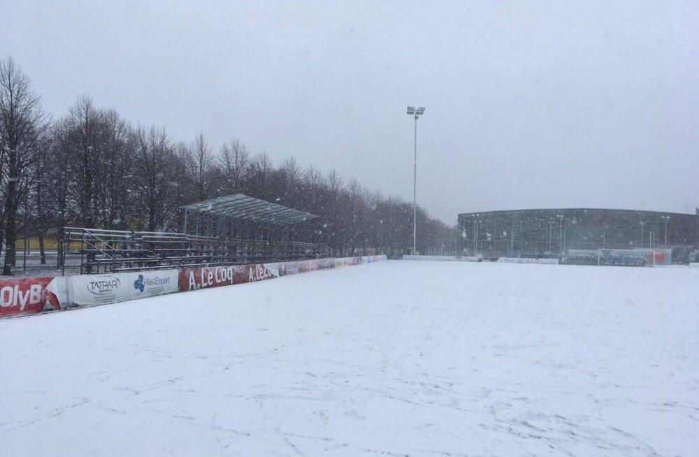 FOTO: Lasnamäe staadion mattus lumme, FCI - Paide mäng lükkus homsele