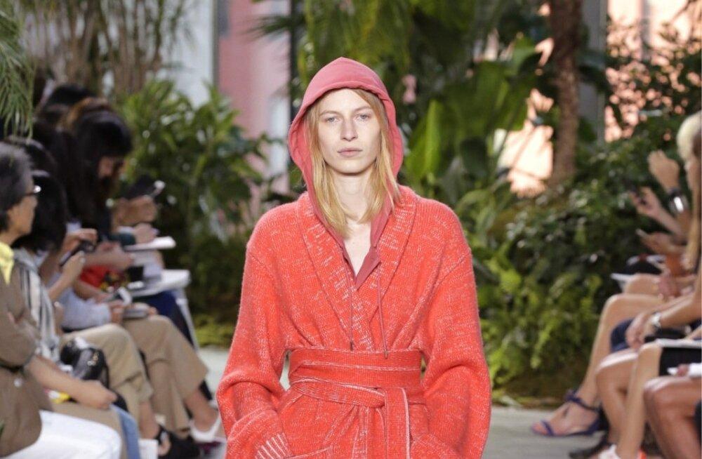 Lacoste'i moehitt – hommikumantlit meenutav kardigan. Üldmuljet täiendavad sportlik kapuuts ja platvormkingad.