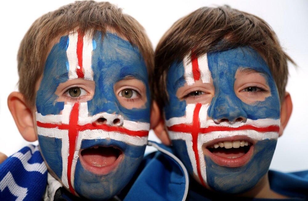 Islandi lapsed on jalgpalliusku.