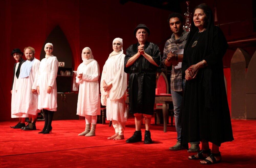 """""""Antigone"""" 2012. aasta sügisel Teheranis. Pildil paremal Iraani kuulus näitleja Homa Rousta ning lavastaja Homayun Ghanizadeh koos trupiga.  Nüüd ollakse selle lavastusega Hiinas."""