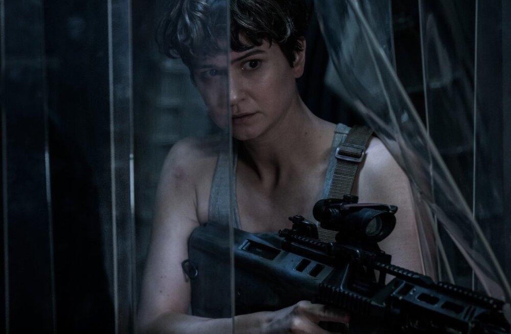 Kosmoselaeva Covenant kapten ja üks filmi tähtsamaid tegelasi on vapper ja arukas Daniels, keda kehastab Briti näitlejanna Katherine Waterston.