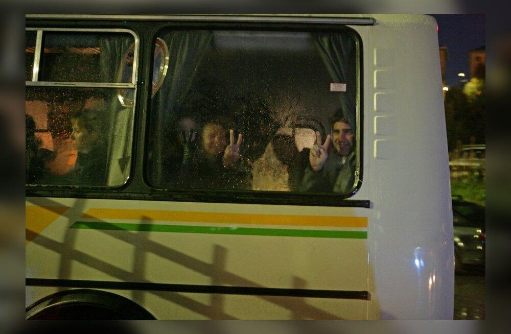 Vene uurijad taotlevad Greenpeace'i laeva meeskonna vahi alla jätmist