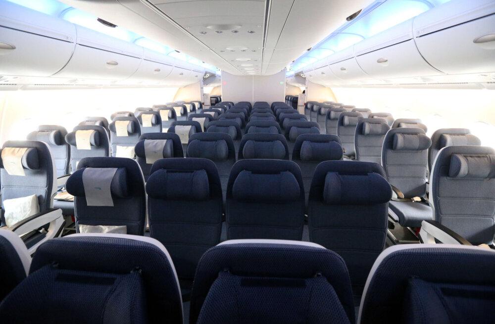 VIDEO | Šokeeriv! United Airlines'i lennumeeskond naeris naise üle, kelle kõrval istuv mees end teki all rahuldas
