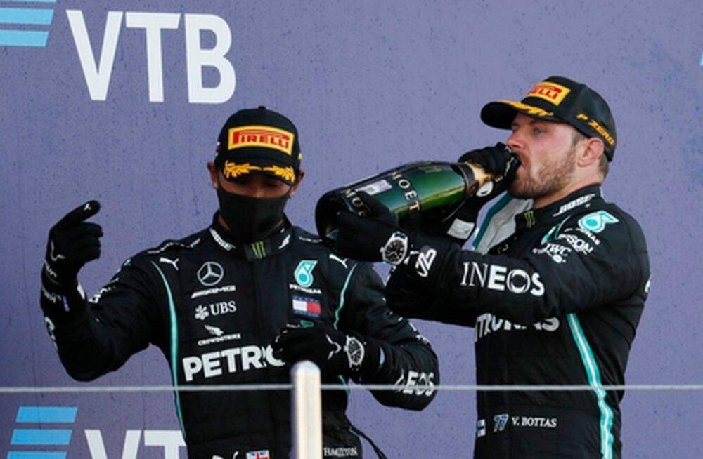 Võitja Valtteri Bottas joob šampanjat, kaotaja Lewis Hamilton vaatab pealt.
