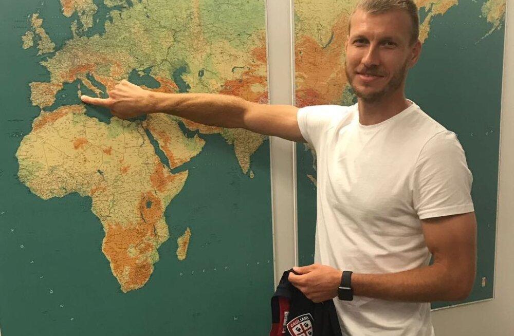 Ragnar Klavan näitab, kus asub Cagliari