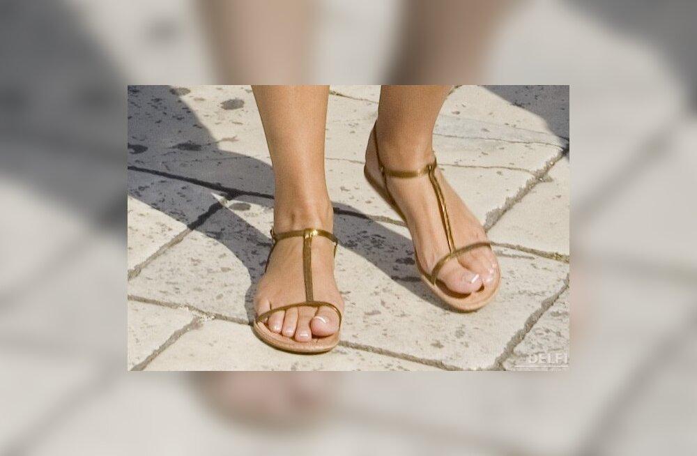 Kuidas saada puhtaks murul käimisest parkunud jalad?
