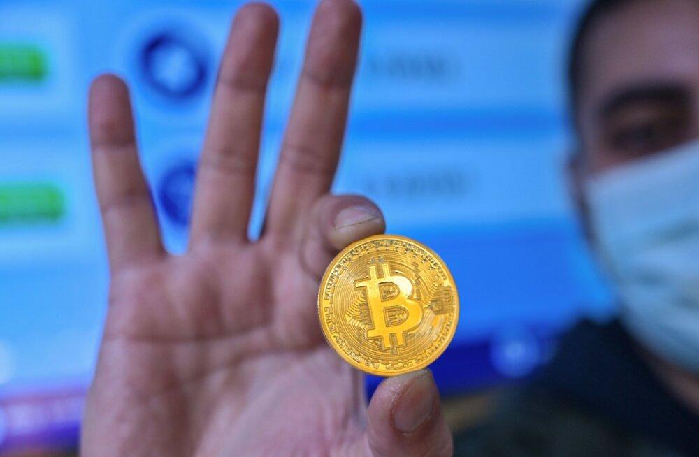 Стоимость биткоина впервые превысила 30 тысяч долларов, в 2021-м ему прогнозируют рост до 300 000