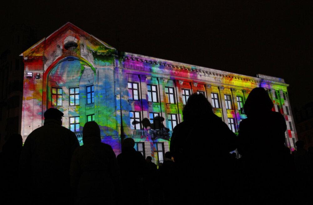 FOTOD: Riia vanalinna tänavatel käib suurejooniline valgusfestival