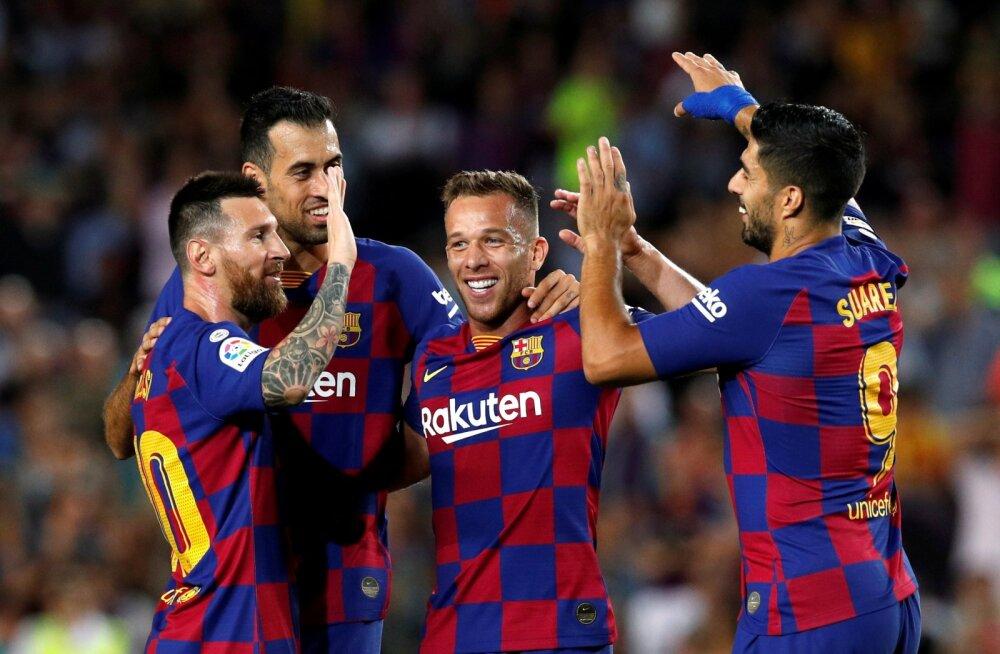 Arthur Melo (keskel) lööb käsi kokku Barcelona klubikaaslastega. Esialgu ei soovinud ta Juventusesse siirduda, kuid majanduslikel põhjustel tegid katalaanid ta siiski rahaks.