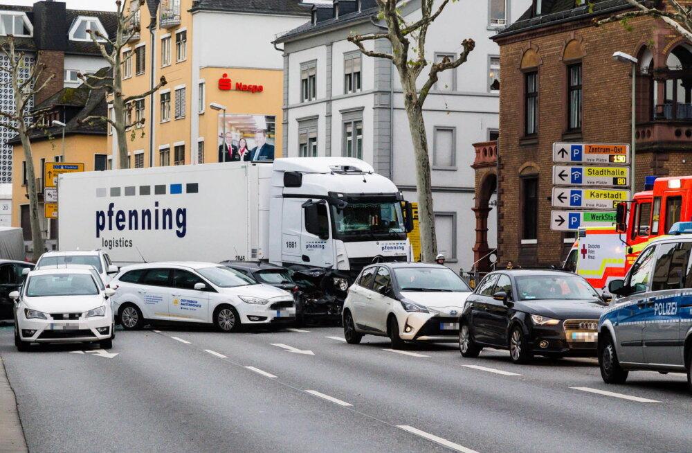 Saksamaal rammis mees ilmselt terrorieesmärgil varastatud veokiga sõiduautosid, 9 inimest sai viga