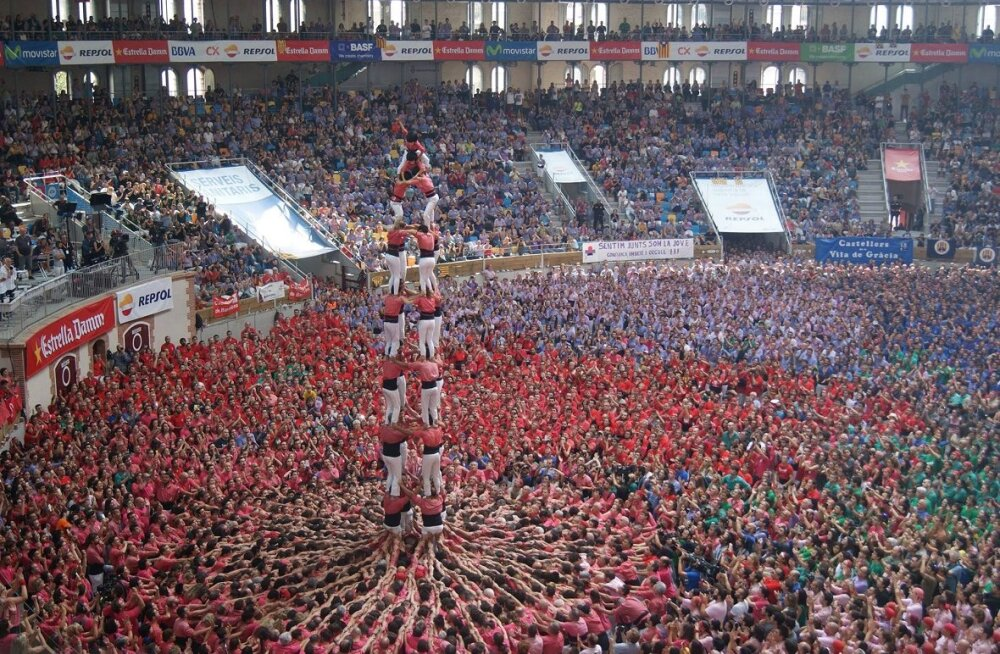 """ВИДЕО: В Испании построили """"живые башни"""""""