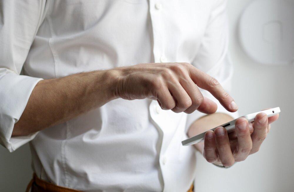 Häiritud mees palub abi: ma flirtisin üks kord Tinderis teise naisega ja mu enda naine ei lõpeta mu telefonis nuhkimist