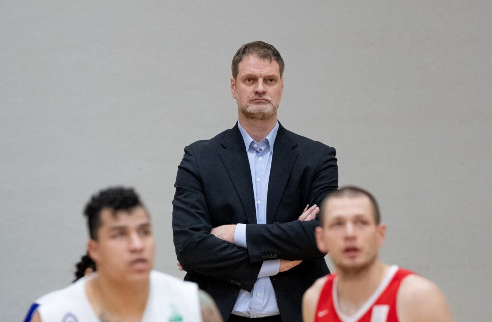 Tallinna Kalevi peatreener Martin Müürsepp jälgib, kuidas tema hoolealused madistavad TalTechiga. Üks kahest on tänavu Eesti meistrivõistluste medalimängul üleliigne.
