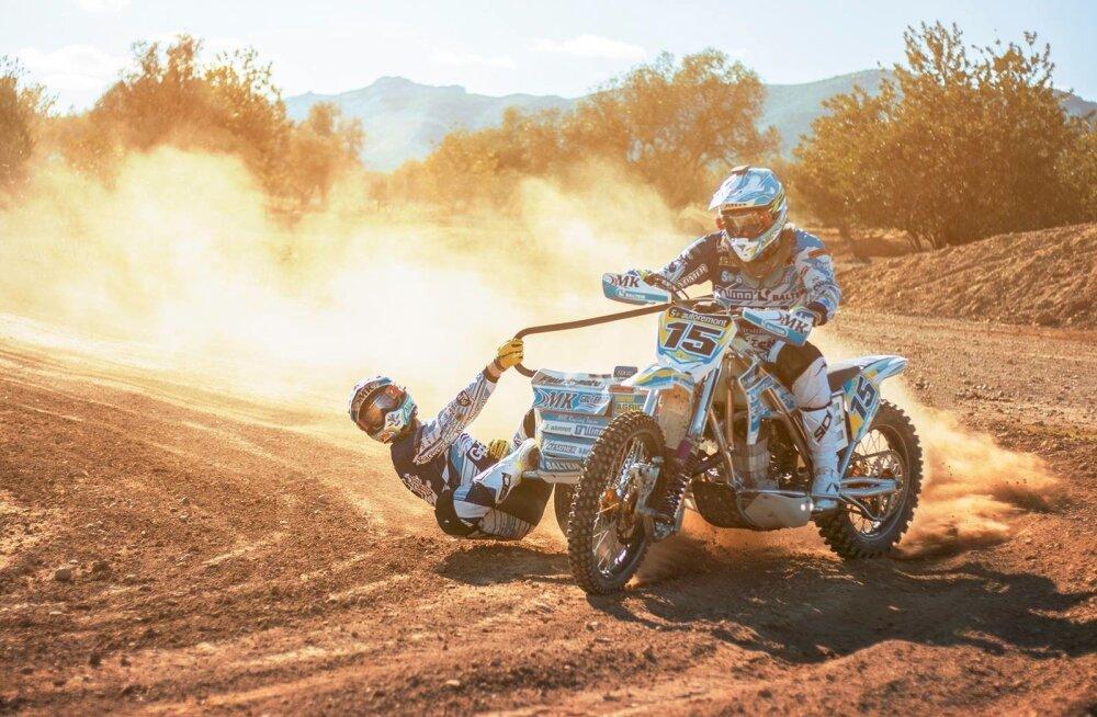 Kert Varik ja Lauris Daiders demonstreerivad külgvankritega motokrossi vaatemängulisust.