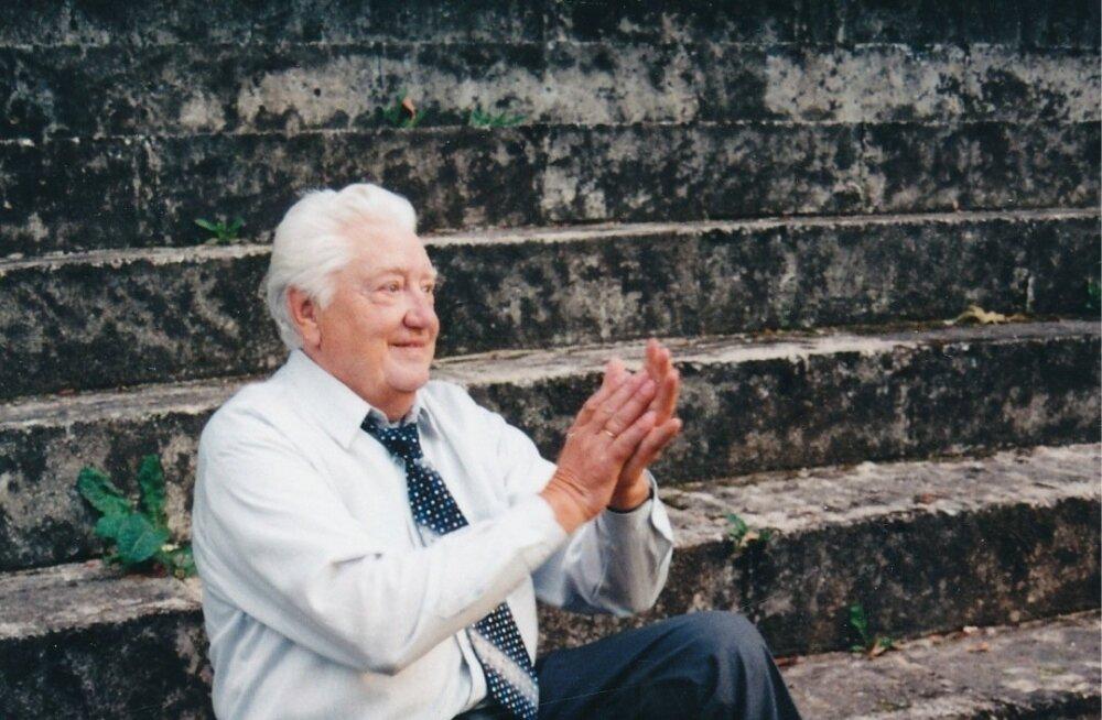 VÕIB VAID KUJUTLEDA Tundliku hingega Kalmer, kel eluaegu olid aina liigutusest pisarad silmis, andis ilmselt teisest, paremast ilmast tänuaplausi noortele meeleoluka külaskäigu eest ning esietendusele heakskiidu.