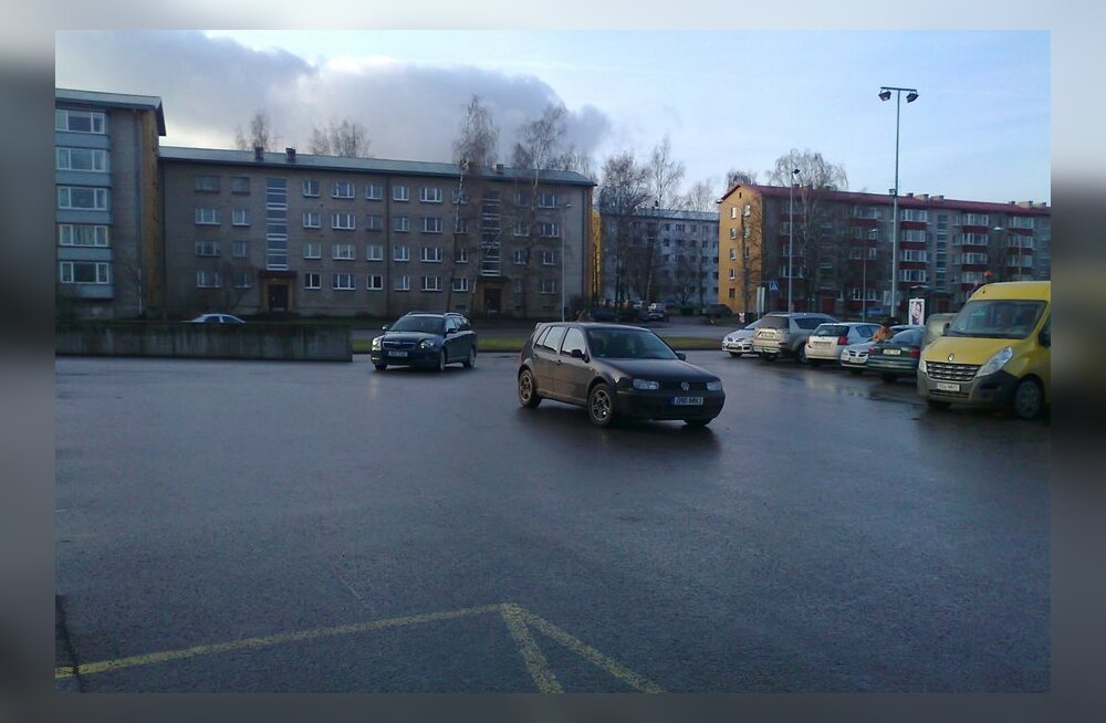 Keset parklat parkiv sõiduk