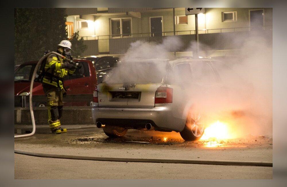 Stocholmi äärelinnas Husbys on süüdatud märatsevate noorte poolt palju autosid.