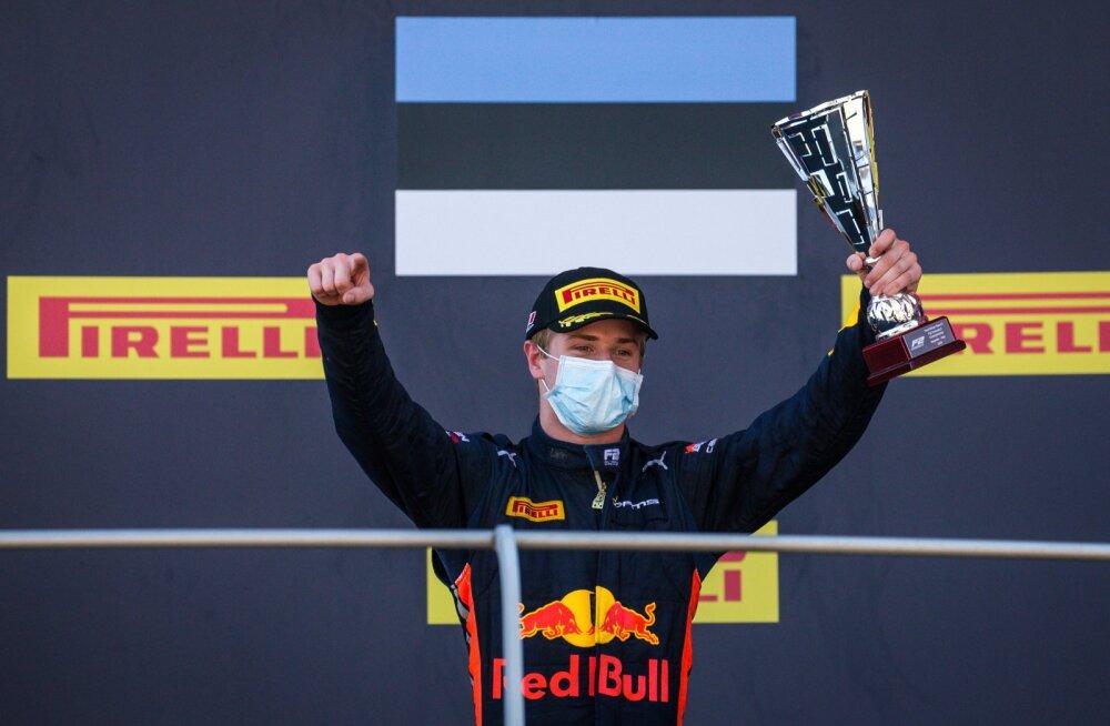 Jüri Vips näitab näpuga, et kolmanda koha trofee on ühtaegu nii tema kui ka tiimi oma.