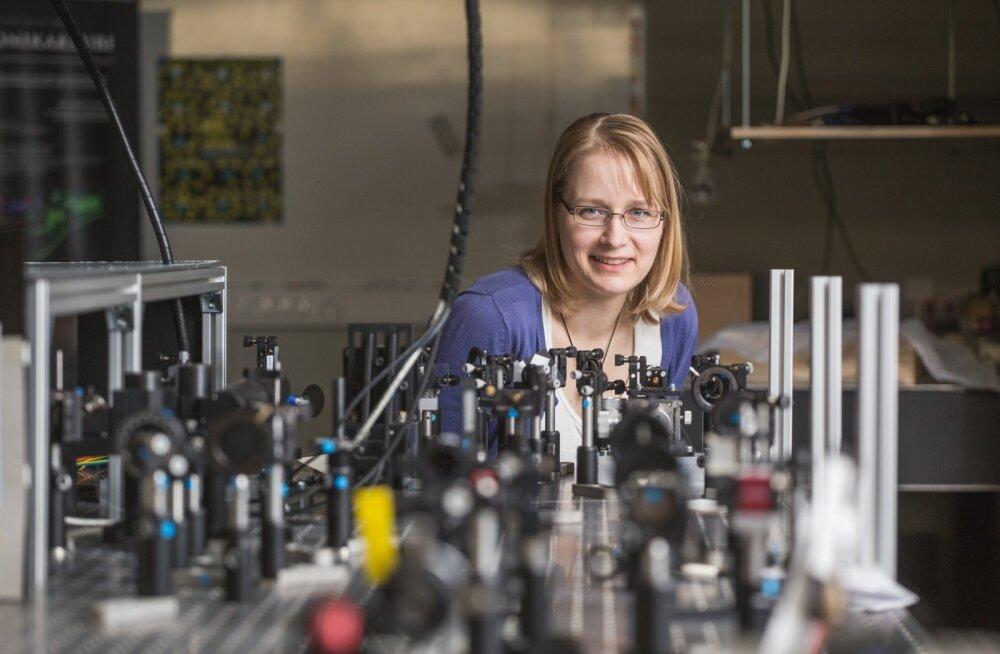 Heli Lukner nendib, et ehkki maailmas adub kõiki tema teadustöö nüansse võib-olla sadakond inimest, muudab füüsika kokkuvõttes inimeste igapäevaelu paremaks.
