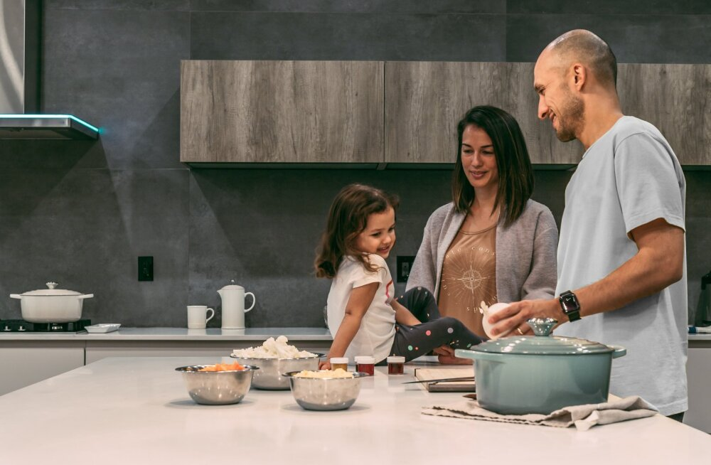 Uuring tõestab: abielunaiste koduste ülesannete hulk on märksa suurem kui üksi lapsi kasvatavatel naistel