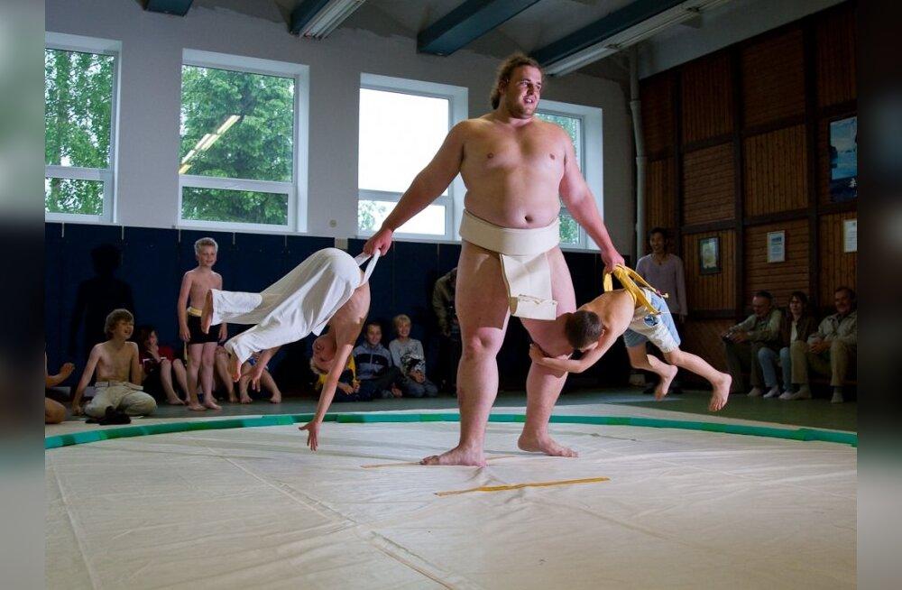VIDEO: Baruto tõstis 158 kg kaaluva grusiini ringist välja