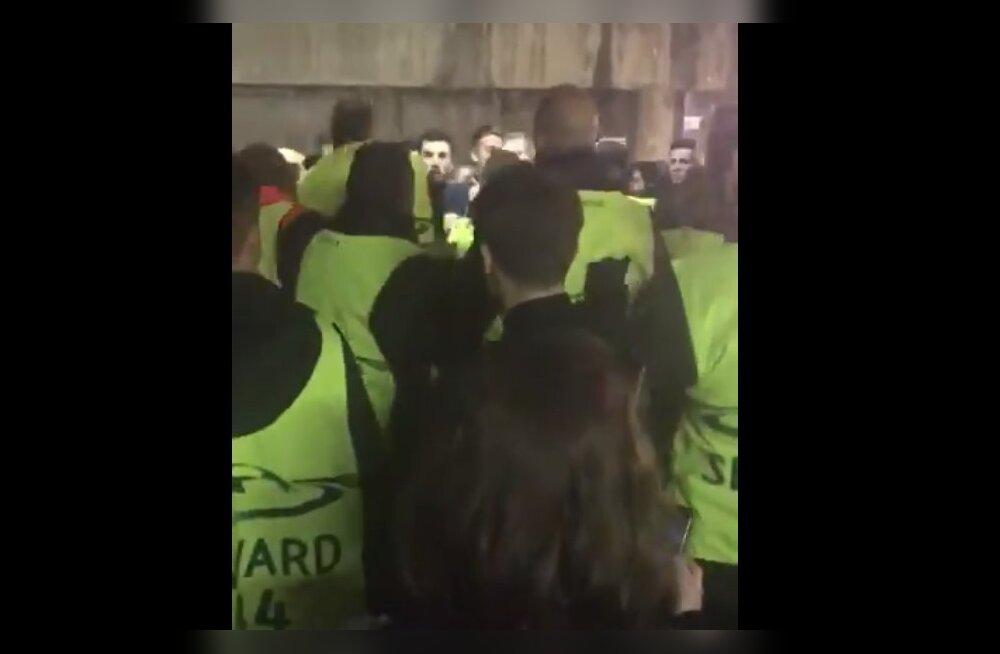 ŠOKEERIVAD KAADRID | Barcelona politsei ja turvamehed tümitasid halastamatult Chelsea fänne