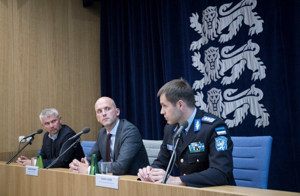 ID kaardi turvarisk. Briifing rahandusministeeriumis. Elmar Vaher, Taimar Peterkof ja Margus Arm