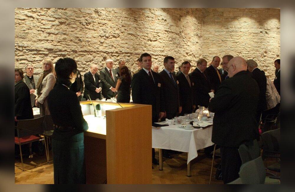 FOTOD: Riigikogus palvetati ja söödi hommikust