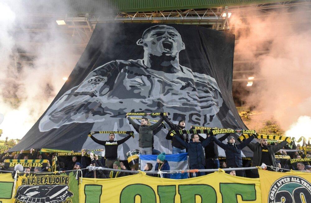 VIDEO | Liigutavad kaadrid: Prantsuse kõrgliiga kohtumine katkestati minutiks kadunud jalgpalluri auks